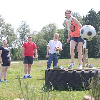 In der größten Fußballgolfanlage Norddeutschlands werden die beiden beliebten Ballsportarten Golf und Fußball zu einem Spiel für die ganze Familie kombiniert.
