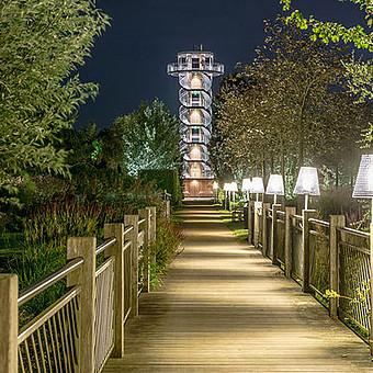Der Aussichtsturm im Park der Gärten in der Dunkelheit
